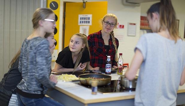Trines køkken2. Billedet viser 5 piger omkring et køkkenbord