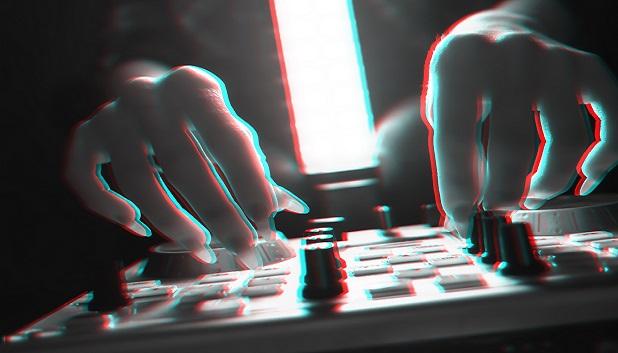 DJ & Lys fls. Billedet viser hænder, der arbejder på en DJ pult
