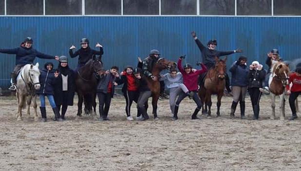 Billede fra Stalden. Billede af 14-15 unge og 5 ponyer
