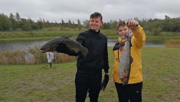 Lystfiskeri 3. To drenge står med deres fiske fangst