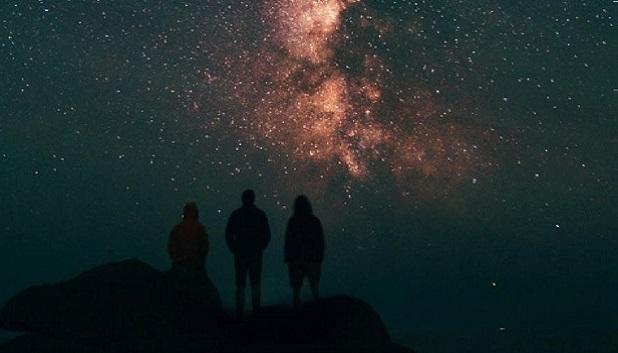 Fra Atomer til Galakser fls. Tre unge kigger på stjernehimmel