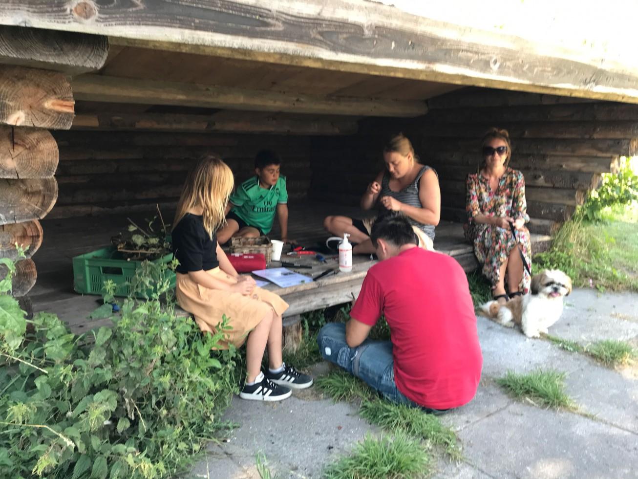 blyant. I de gamle shelters kunne de besøgende bl.a. lave en blyant af en gren.