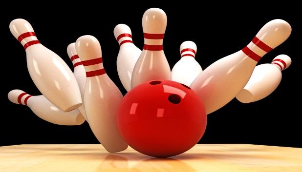 Bowling. Bowlingkugle vælter kegler