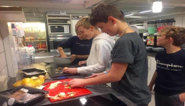 Mad. 4 personer laver mad