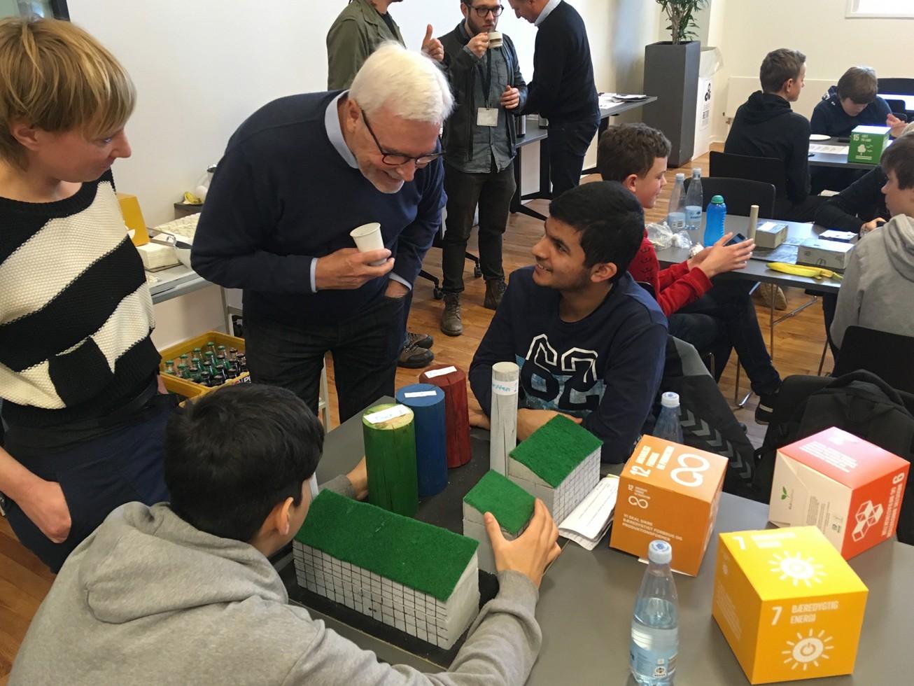 Img_0014. Gruppe der præsenterer sin ide.